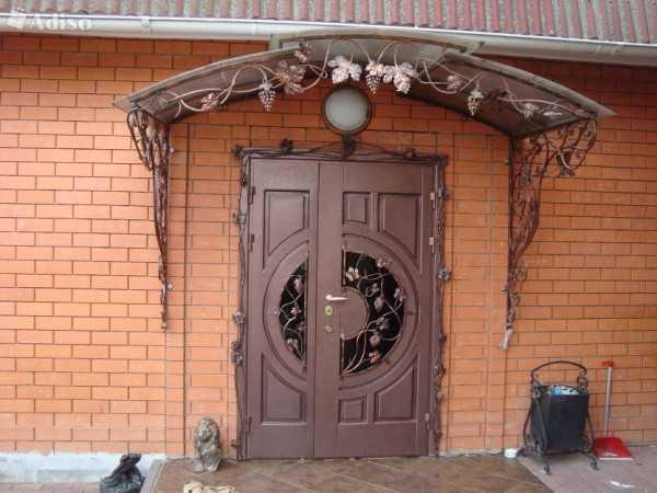 входные двери с ковкой в коттедже