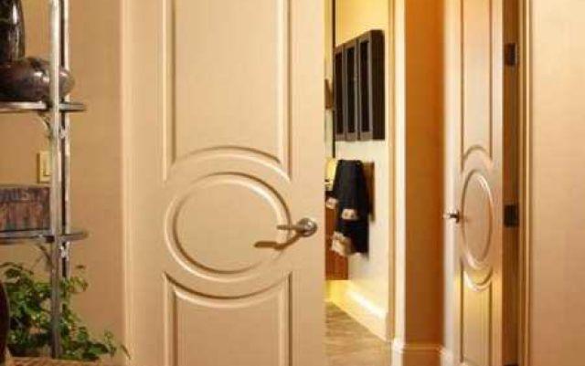 Как соотносятся между собой на межкомнатные двери размеры с коробкой и размеры проема стены