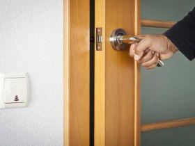 Как делается монтаж межкомнатных дверей своими руками: пошаговая инструкция для начинающего мастера