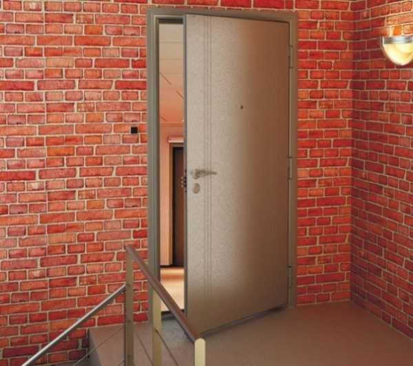 Стандартная дверь из металла.