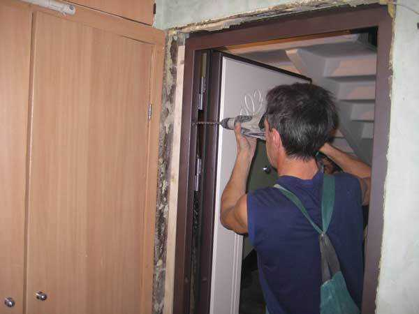 Монтаж коробки входной двери