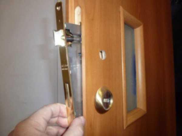 Монтаж замка в деревянную дверь