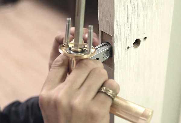 Врезка ручки в дверь