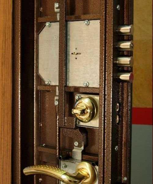 Замена замка в металлической двери в квартире