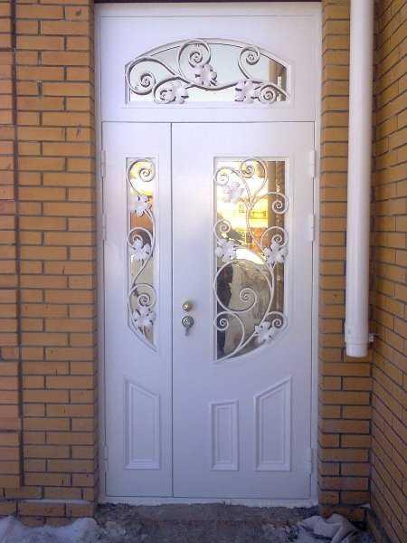 Двери со встроенным с двух сторон зеркалом