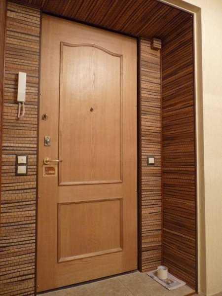 Выполненная отделка двери