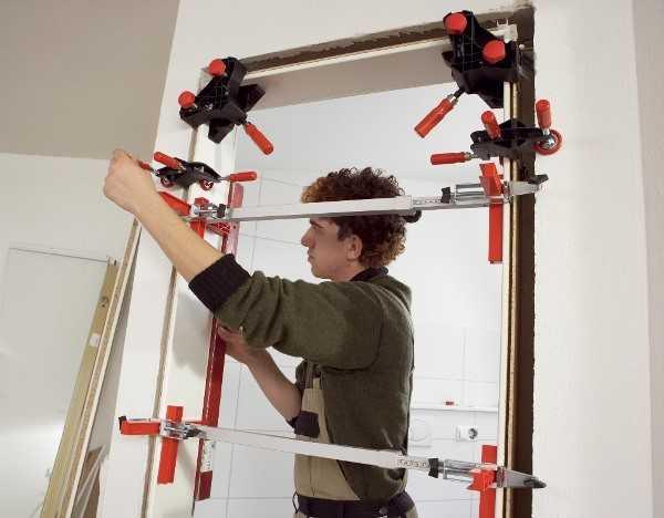 Использование струбцин при сборке рамы двери