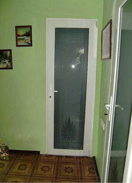 Узкие пластиковые двери