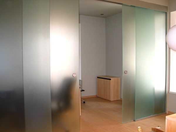 Сдвижные двери купе из матового стекла