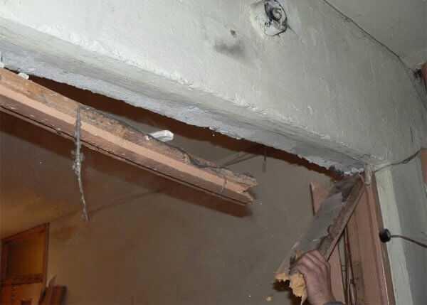 Смело удалять старую коробку, главное – не повредить стену