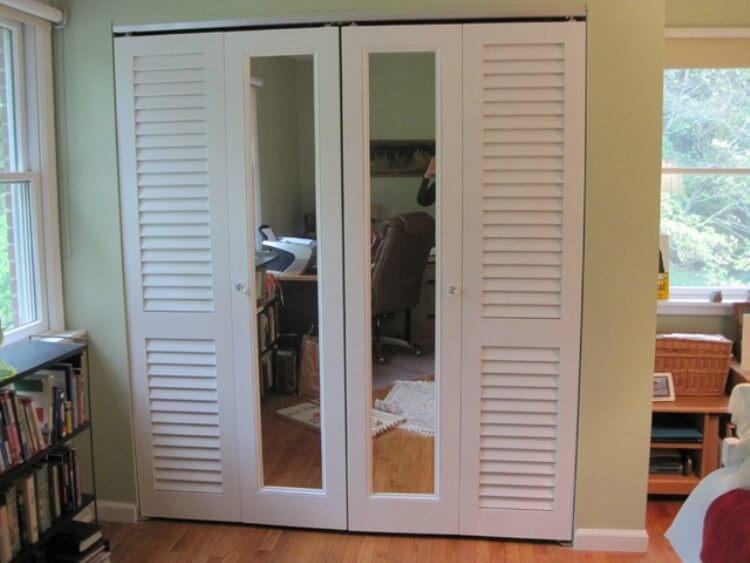 Металлопластиковые светлые двойные жалюзийные двери со стеклом триплекс