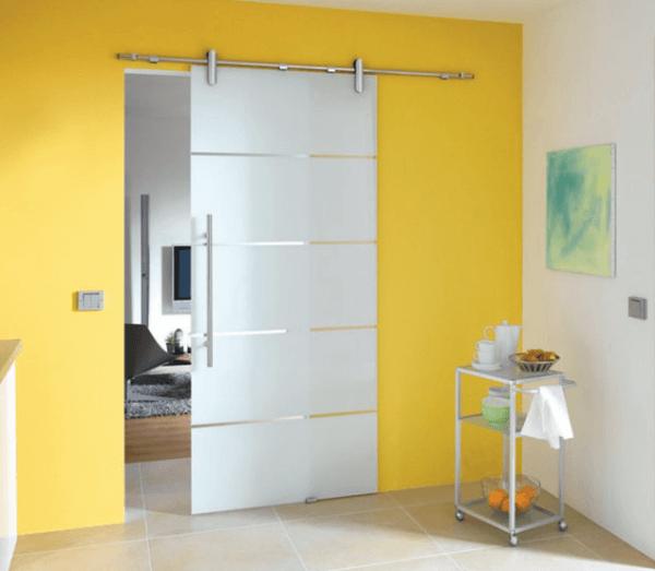 Провесная стеклянная межкомнатная дверь