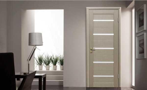 Дверное полотно цвета капучино в интерьере